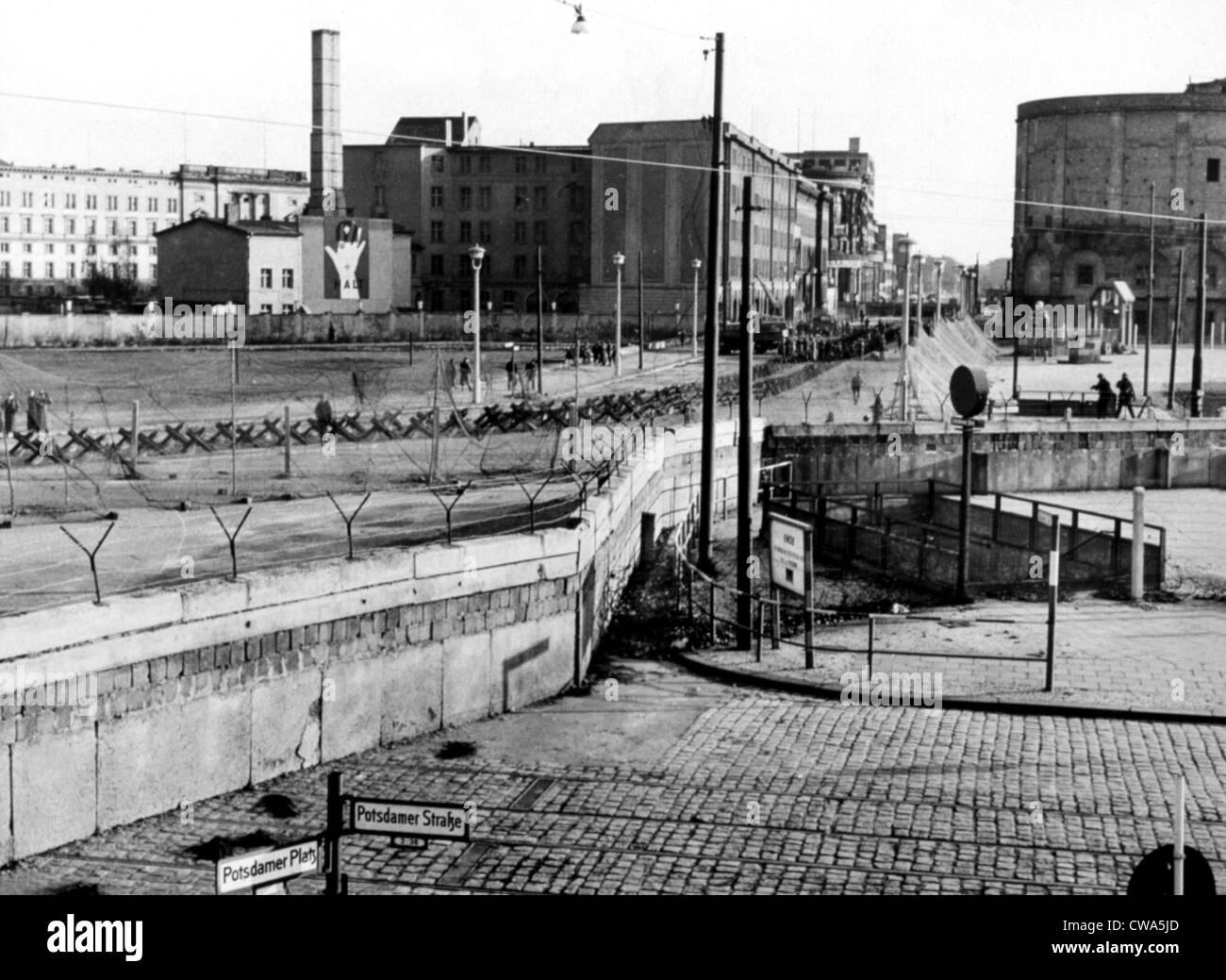 Alambre de espino entre Berlín Oriental y Occidental, sin fecha. Cortesía: CSU Archives / Everett Collection Imagen De Stock