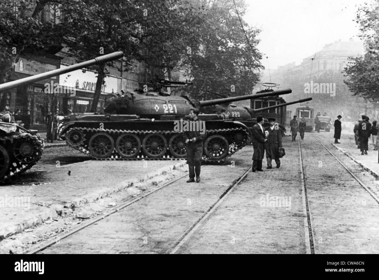 Los tanques rusos ocupando Budapest, durante la Revolución húngara de 1956. Cortesía: CSU Archives/Everett Imagen De Stock