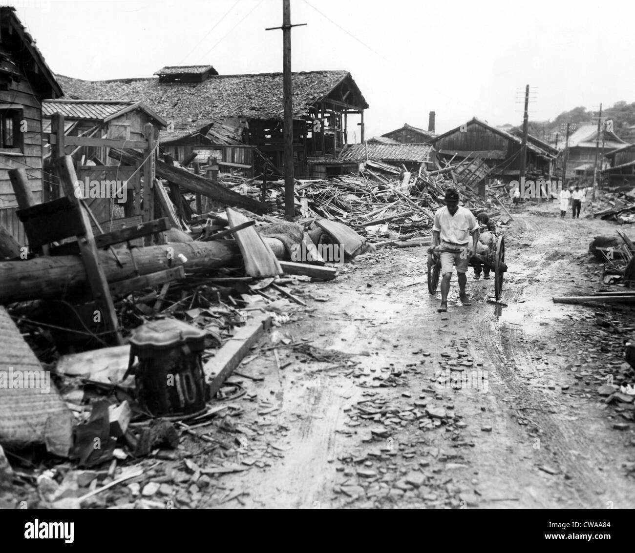 La II Guerra Mundial, un bombardeo atómico secuelas en el suburbio de cuatro millas fuera del centro de Nagasaki, Foto de stock