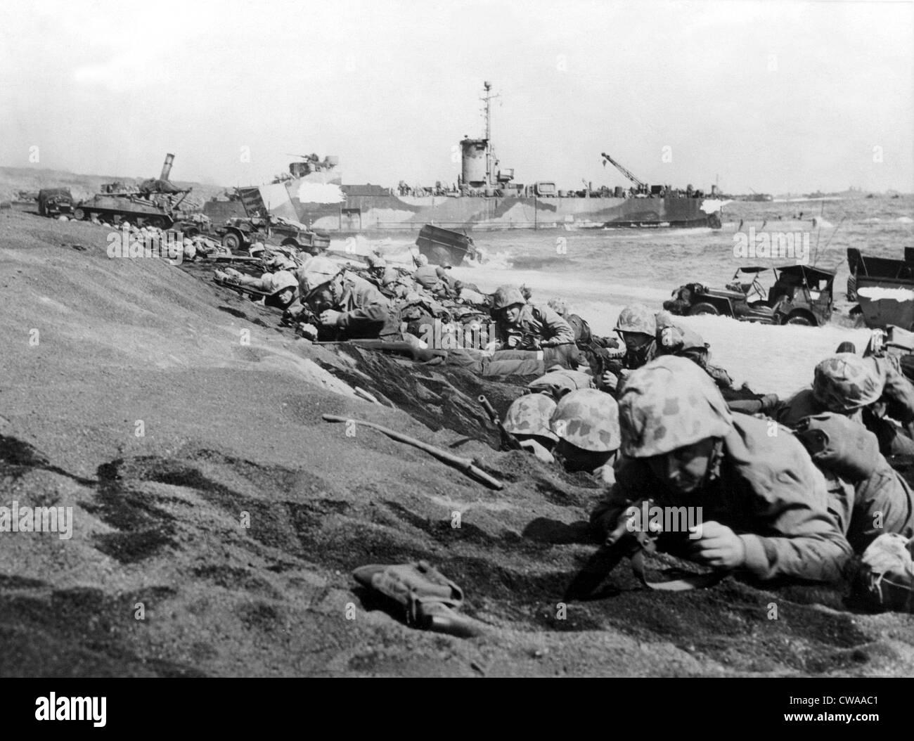 IWO JIMA--Infantes de Marina de la Cuarta División inmovilizadas por ...