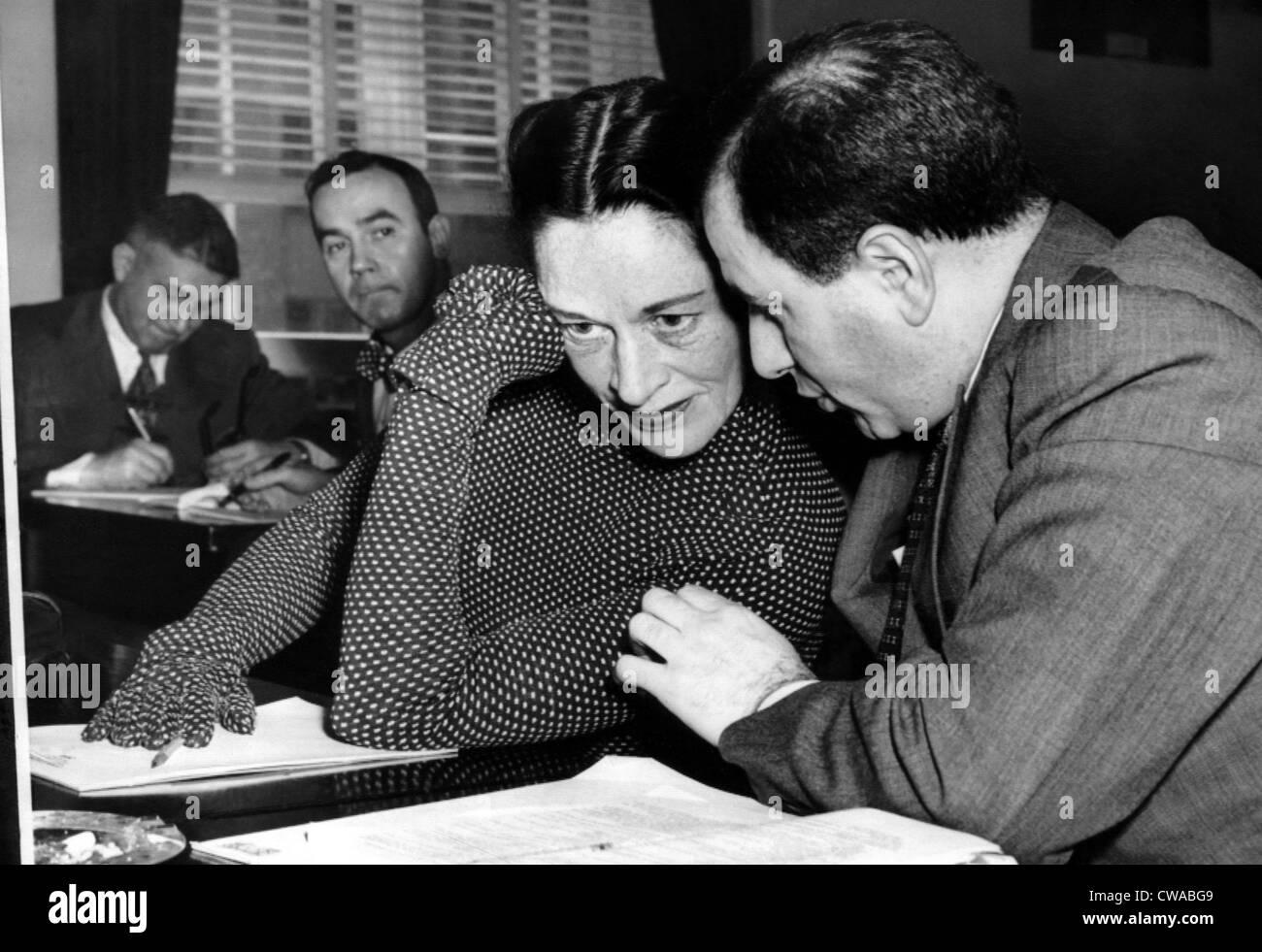 La actriz Anne Revere con su abogado R. Lawrence Siegal, testificando ante el Comité de Actividades Un-American Imagen De Stock