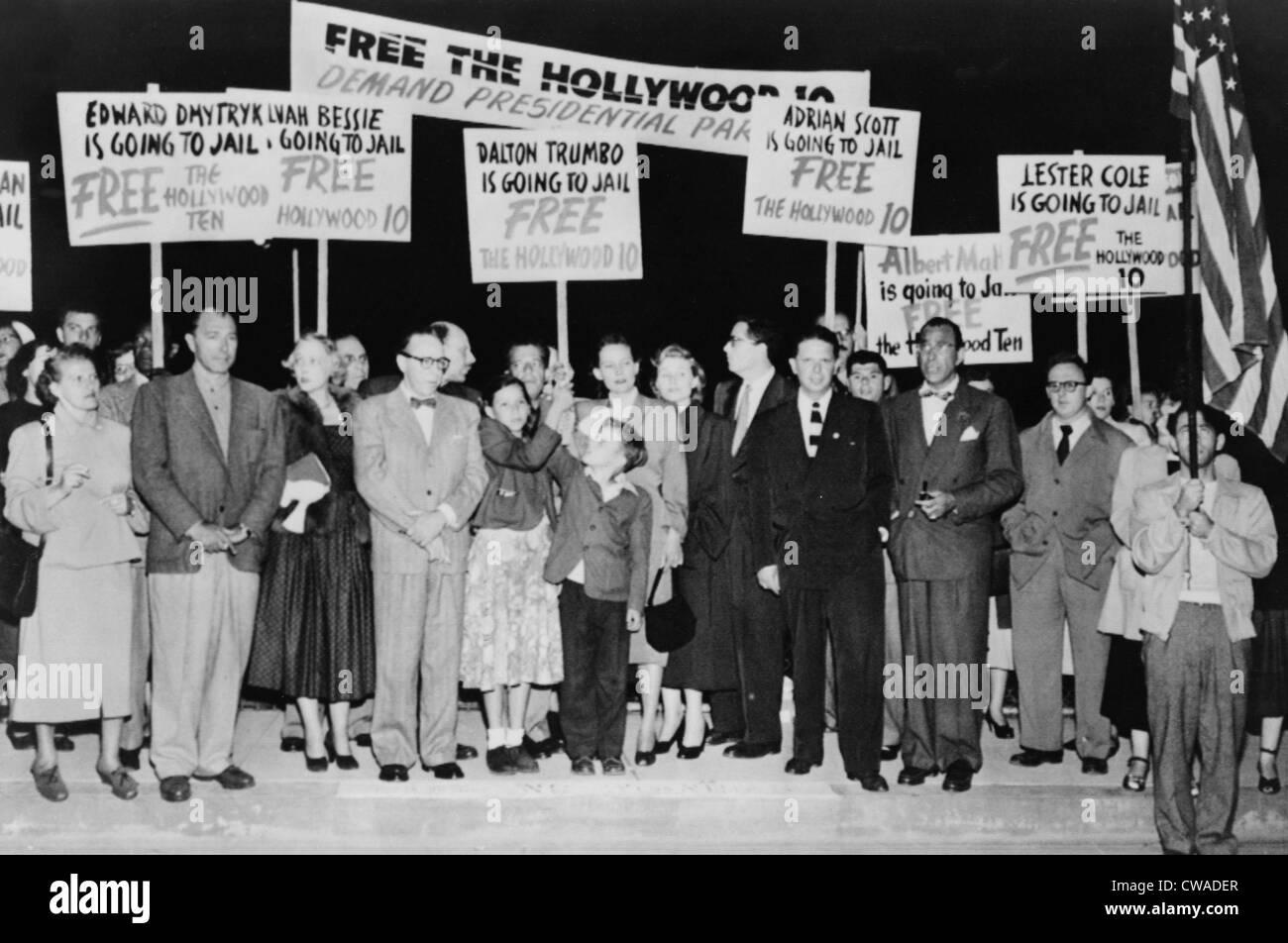 Dalton Trumbo (1905-1976) rodeado por simpatizantes con señales, como él espera a bordo de un avión en su camino Foto de stock