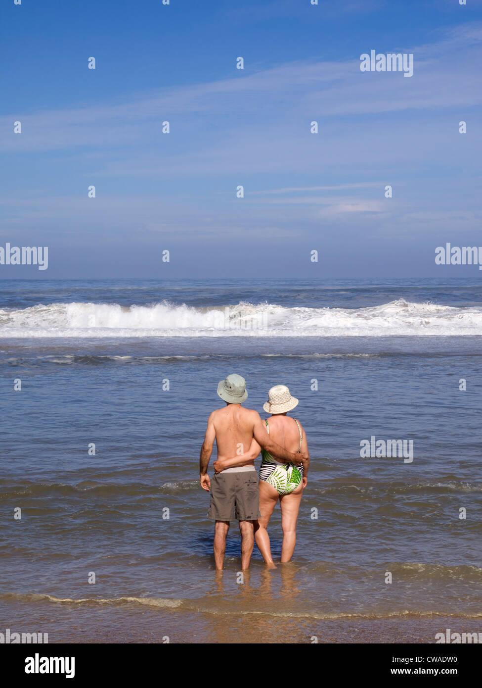 Las parejas ancianas en la playa Imagen De Stock
