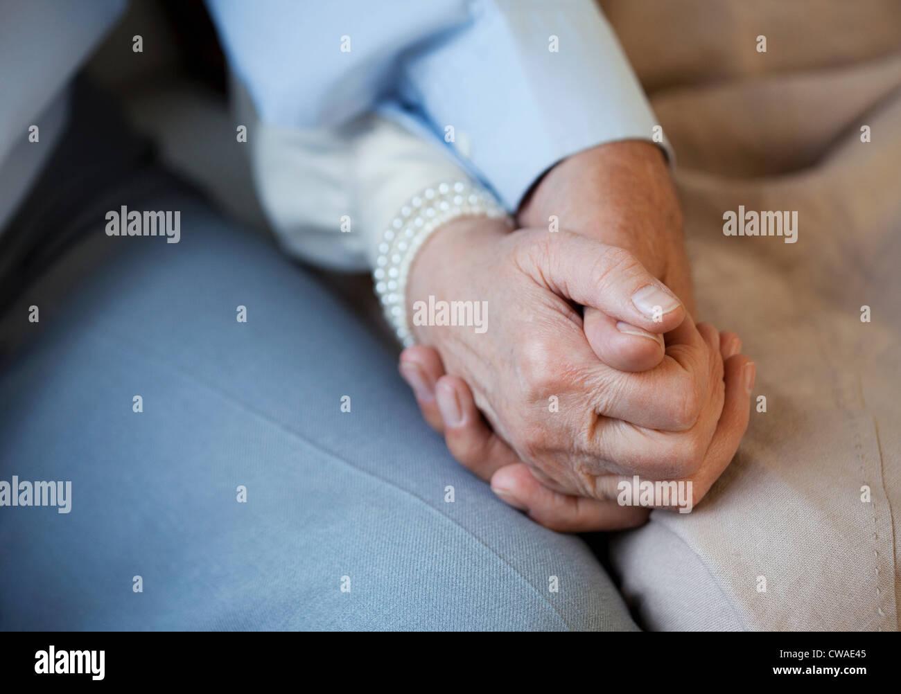 Las manos de la pareja Senior Foto de stock