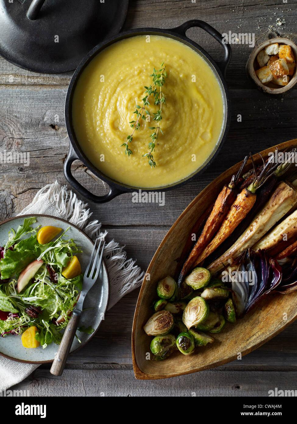 Se sirve sopa de calabaza con verduras, ángulo alto Imagen De Stock