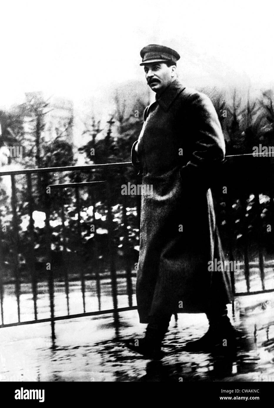 Josef Stalin se pasea por la Plaza Roja, Moscú, Rusia, ca. 1932. Cortesía: CSU Archives/Everett Collection. Imagen De Stock