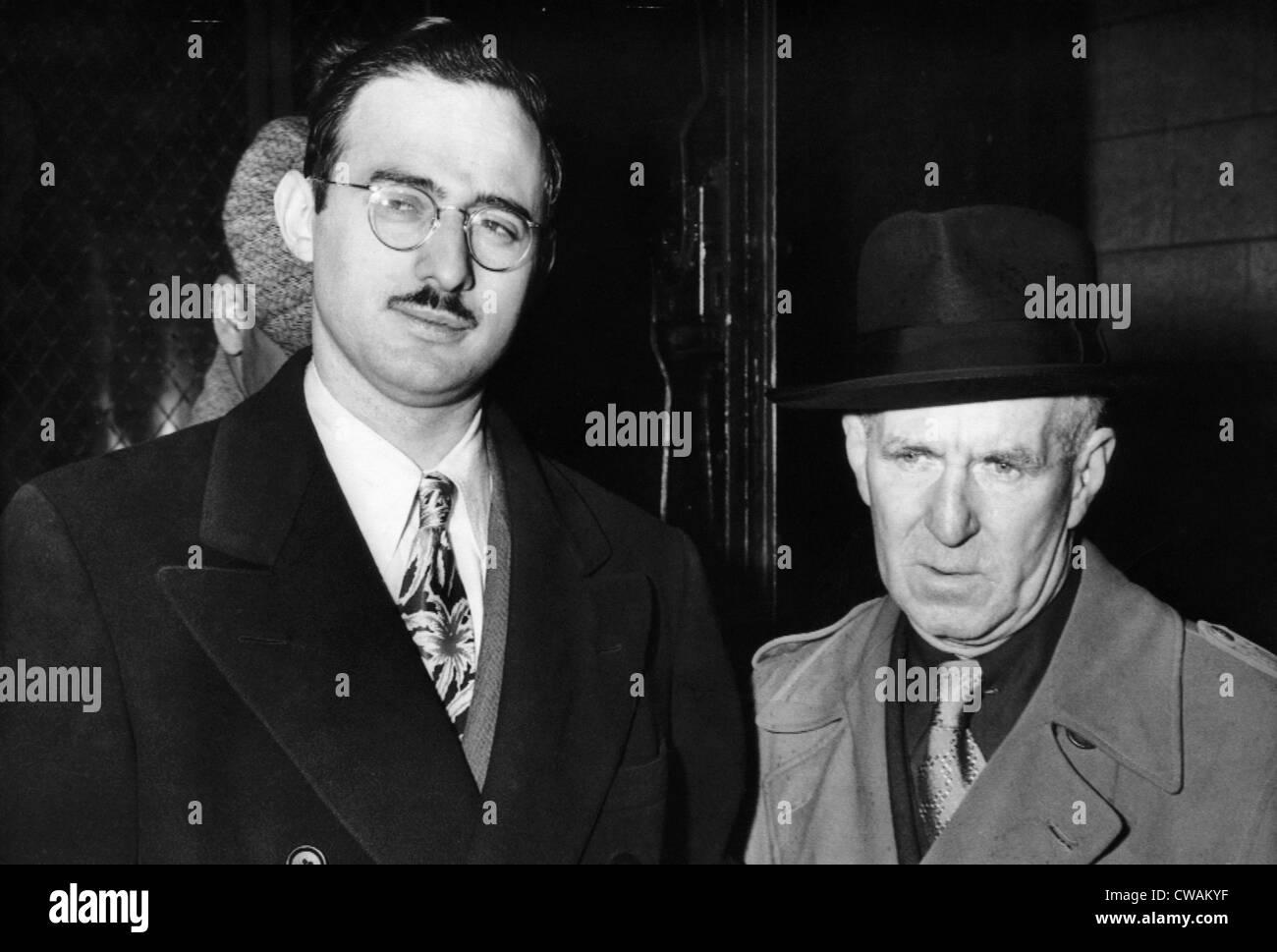 Julius Rosenberg (izquierda), espía de la Unión Soviética, con el diputado Mariscal Harry McCabe Imagen De Stock