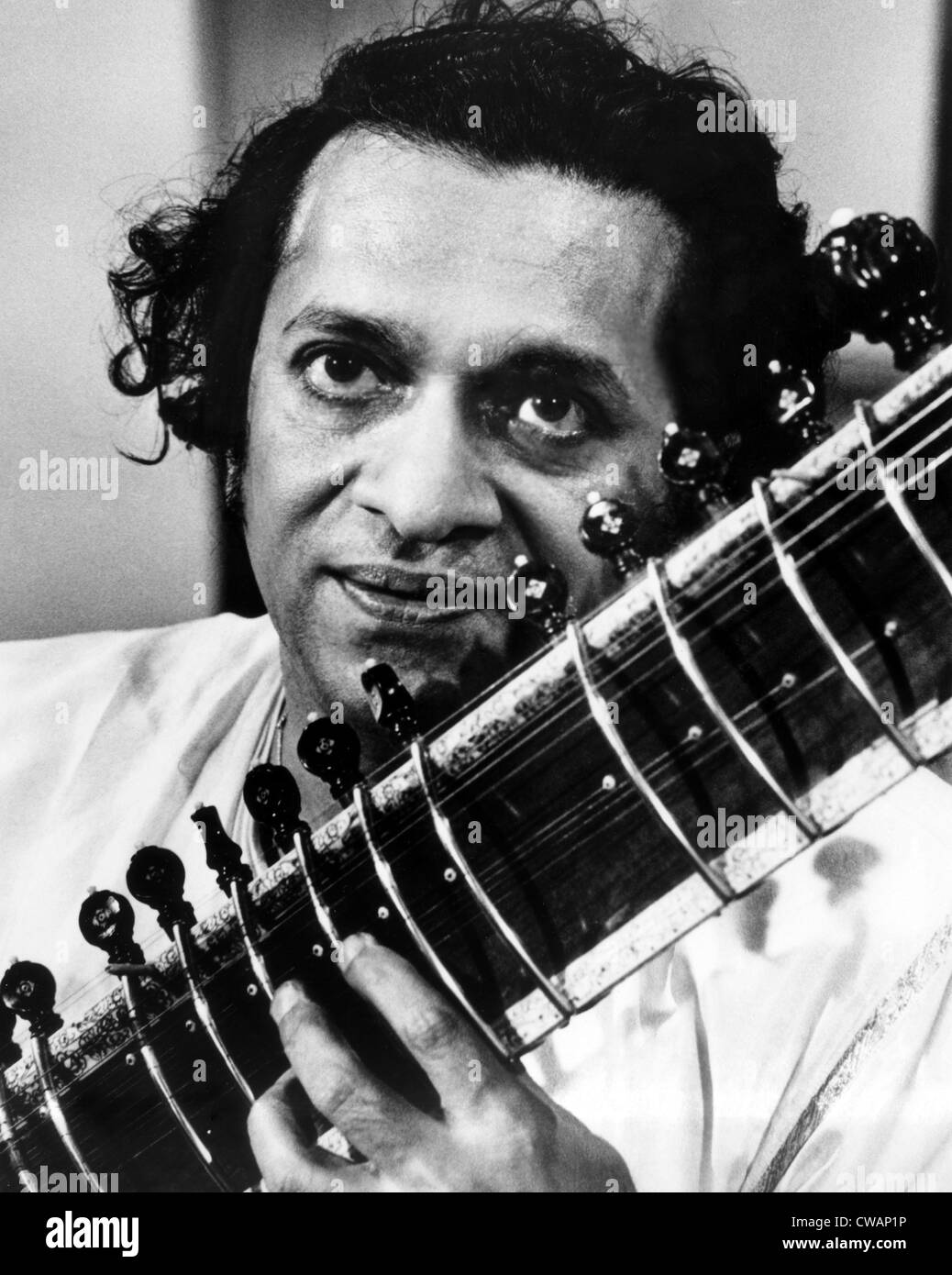 Ravi Shankar, músico, compositor, intérprete y estudioso, retrato, 1960. Cortesía: CSU Archives / Everett Collection Foto de stock