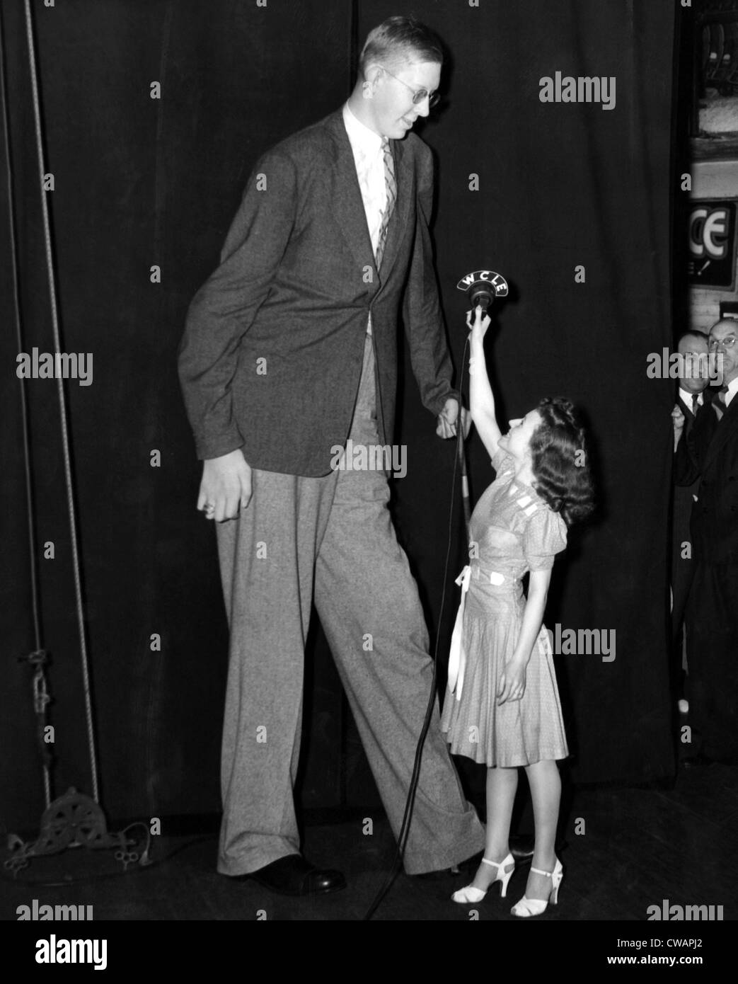 Robert Wadlow, el hombre más alto del mundo, con la Srta. Angela Rizzo, 19. ca.1940. Cortesía: CSU Archives Imagen De Stock