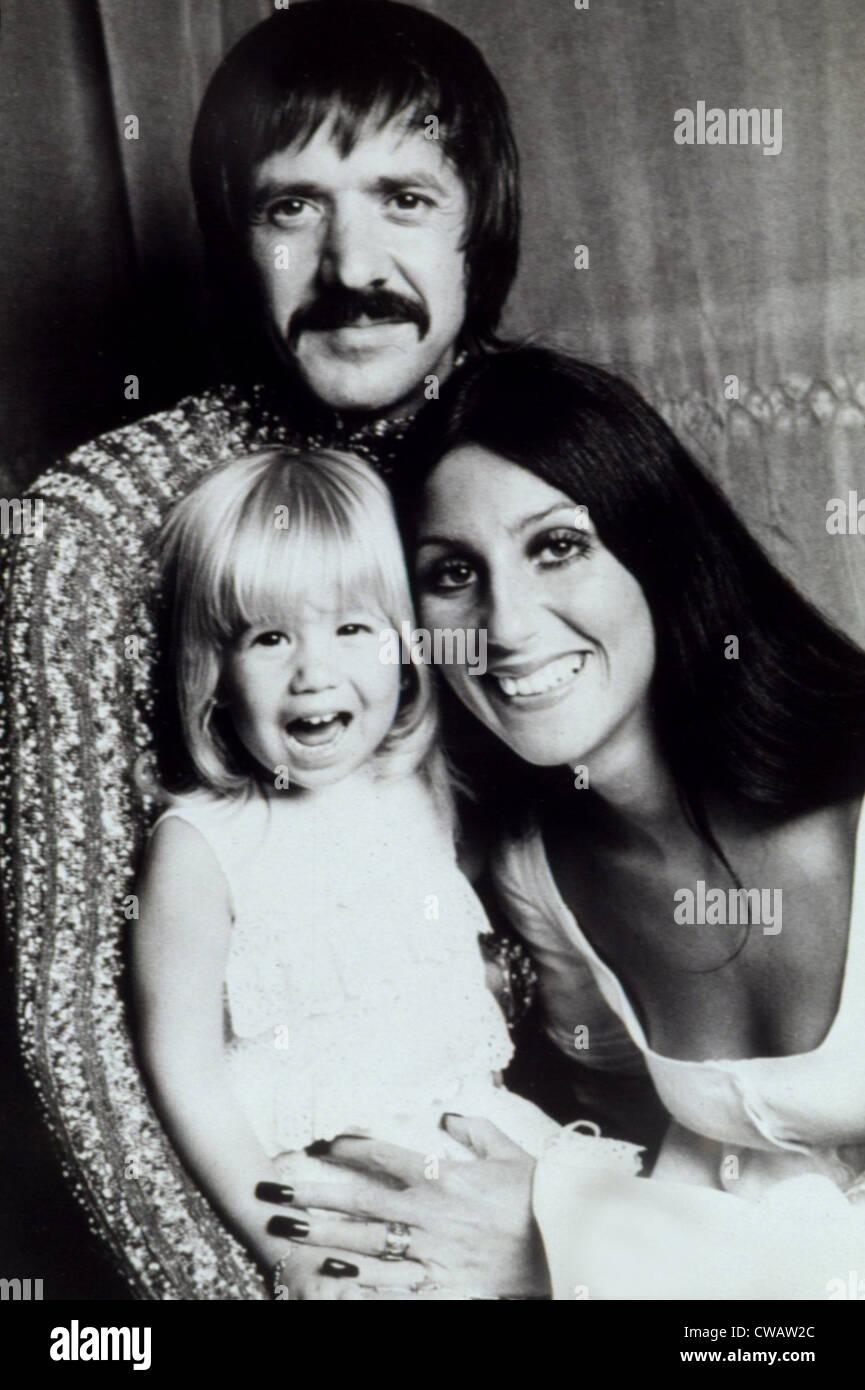 Sonny & Cher con la hija de Bono de castidad a la edad de 4, 1972. Cortesía: CSU Archives / Everett Collection Imagen De Stock