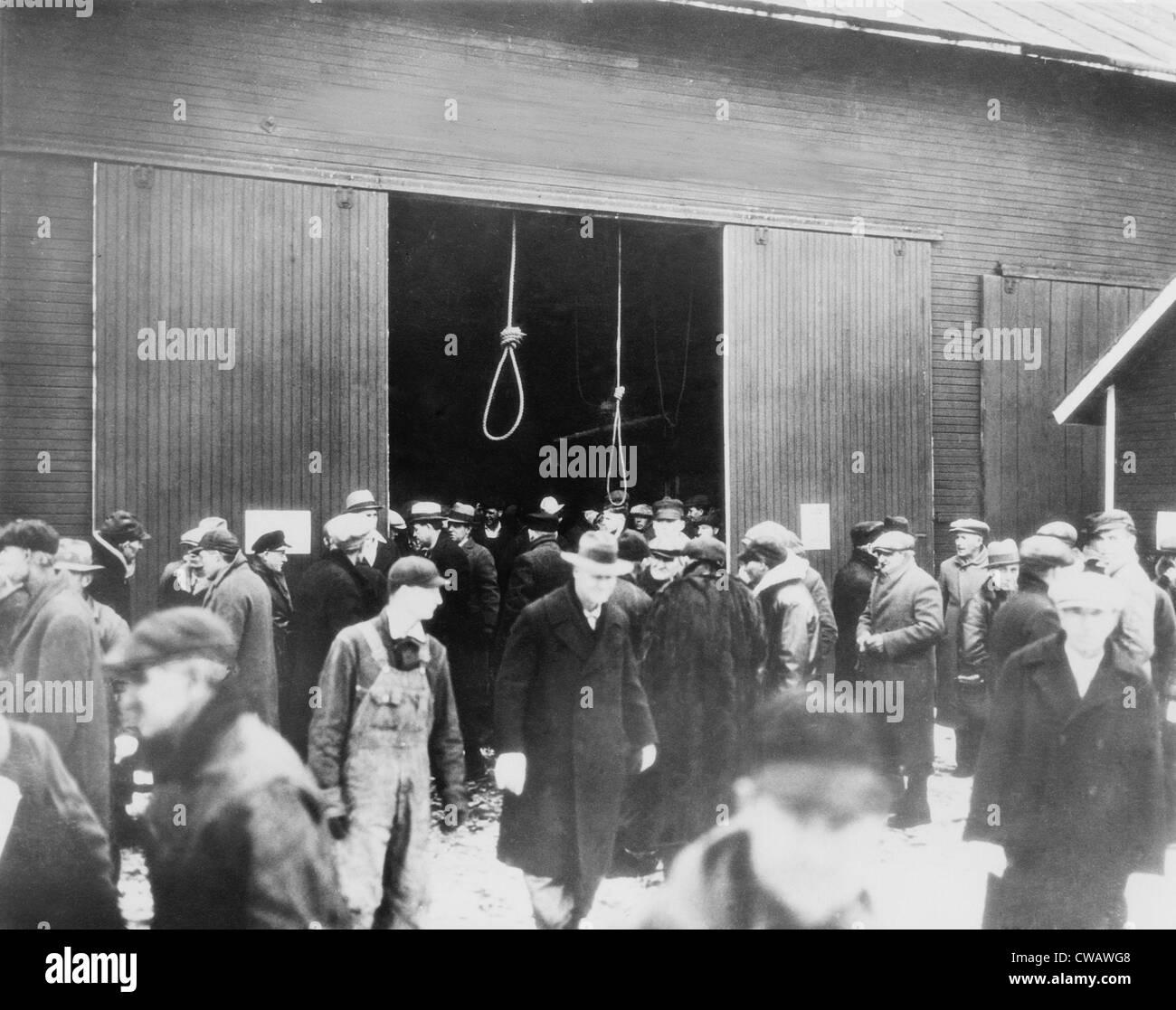 Dos hangman's nooses cuelgan como una advertencia sombría a los posibles postores en esta granja excluida. Imagen De Stock