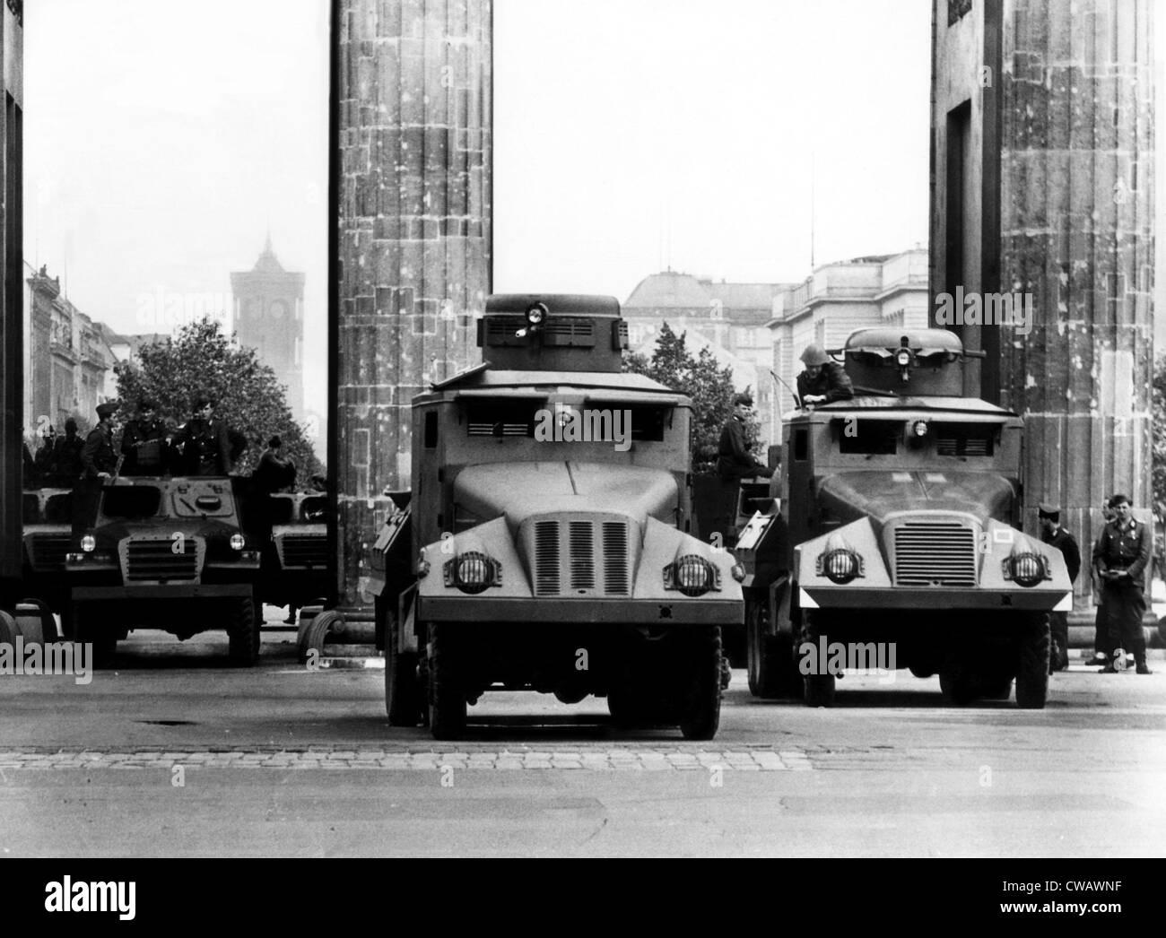 """Los miembros del """"Ejército Popular"""" la barricada de la Puerta de Brandeburgo, con lanzadores de agua, Imagen De Stock"""