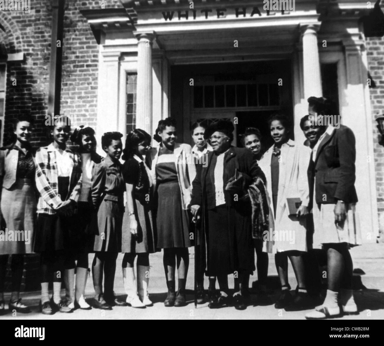 Mary McLeod Bethune con estudiantes de Bethune-Cookman College que había fundado como el Daytona Normal e Industrial Imagen De Stock