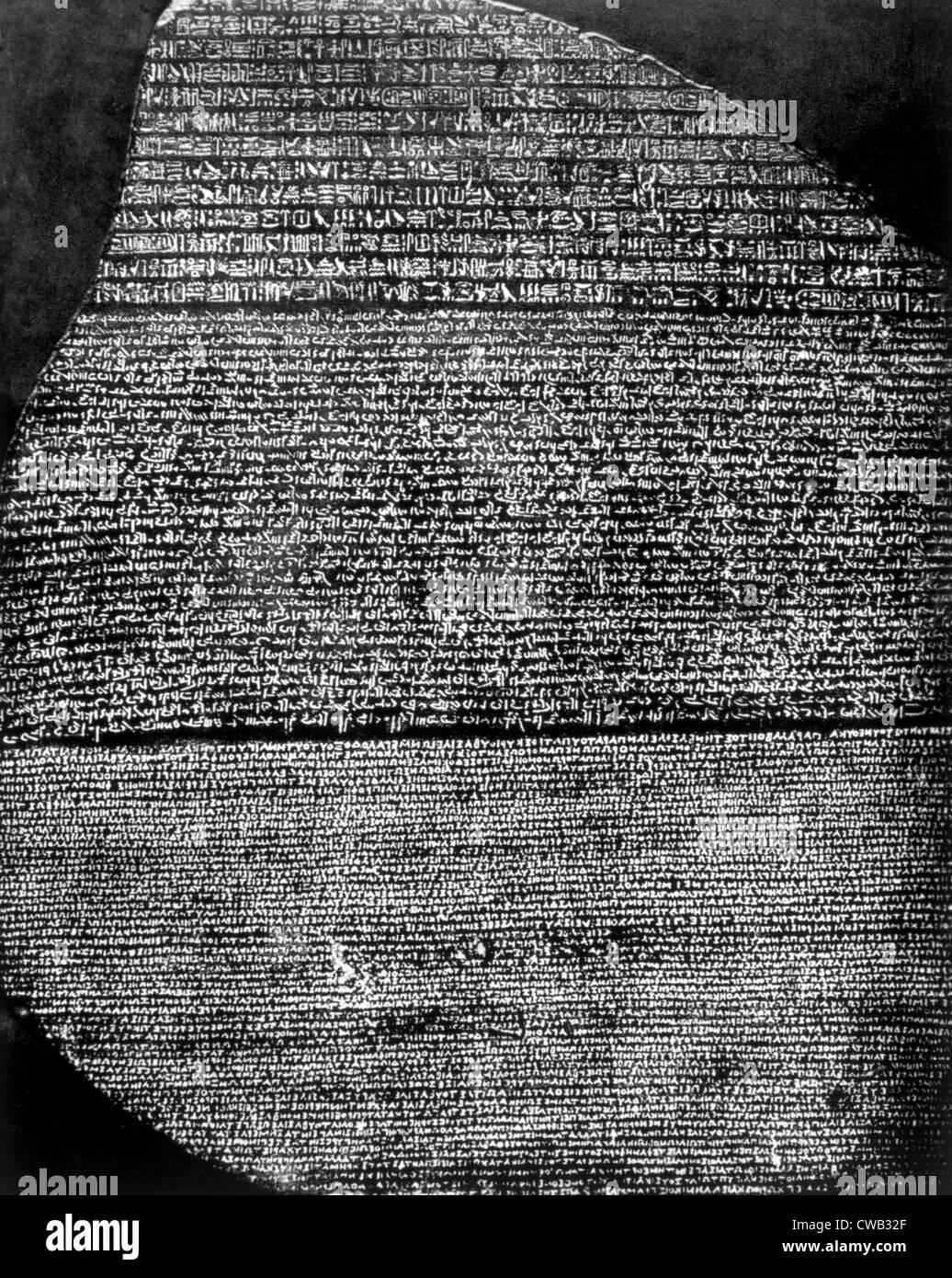 La piedra de Rosetta, losa de basalto inscrita por sacerdotes de Ptolomeo V en jeroglíficos, demoníaca Imagen De Stock