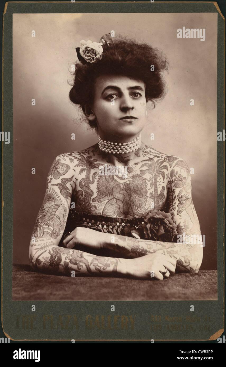 Retrato de una mujer mostrando imágenes tatuado en su cuerpo, el Galería Plaza, Los Angeles, California, Imagen De Stock