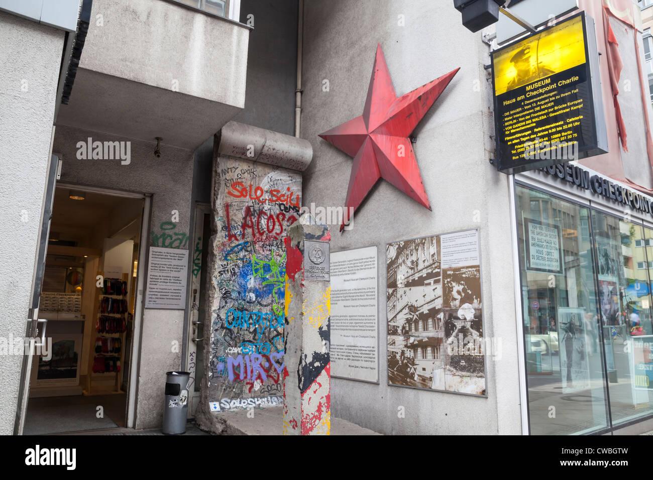 La sección del Muro de Berlín, La Estrella Roja y la frontera alemana post en el Checkpoint Charlie, Berlín, Imagen De Stock
