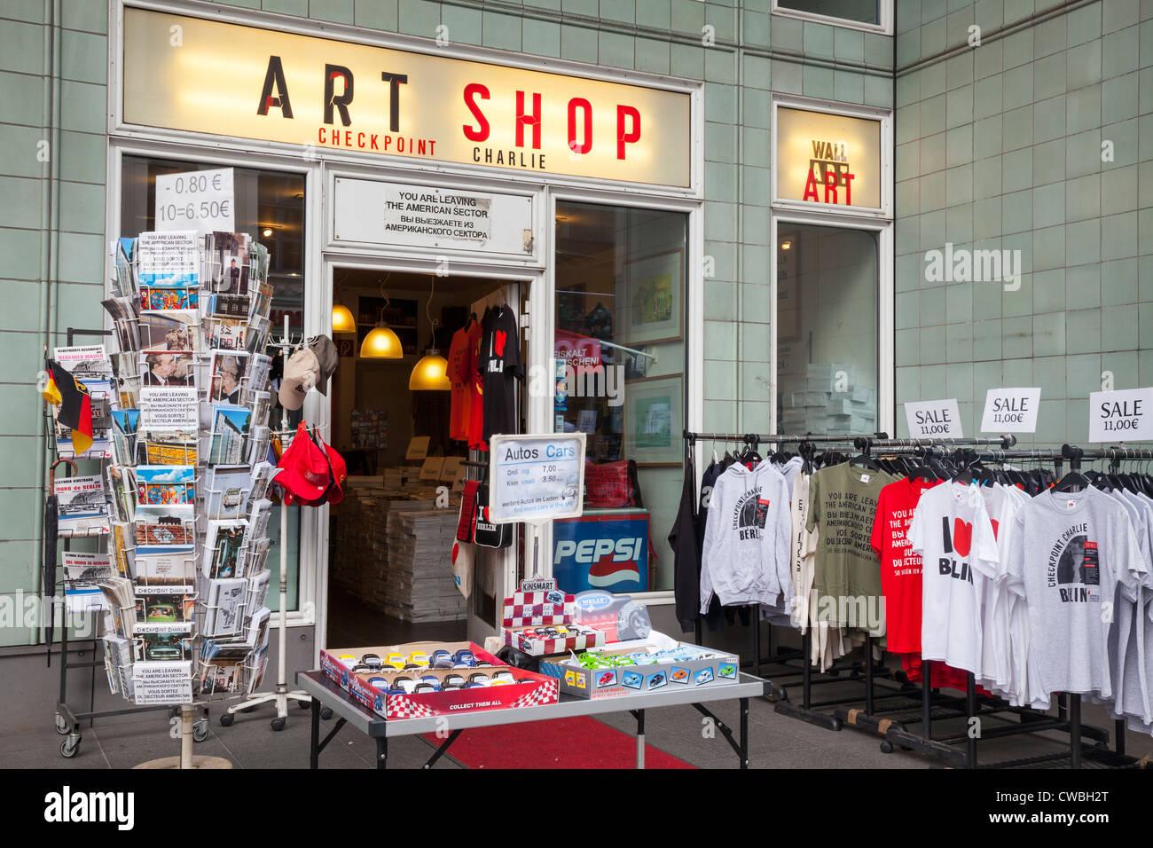 Tiendas turísticas en el Checkpoint Charlie, Berlín, Alemania Imagen De Stock