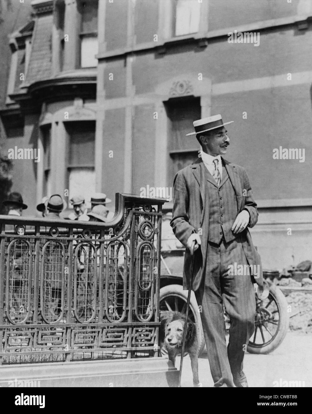 John Jacob Astor IV (1864-1912), pasear a su perro. Fue un aristócrata de talento que se dedican a actividades Imagen De Stock