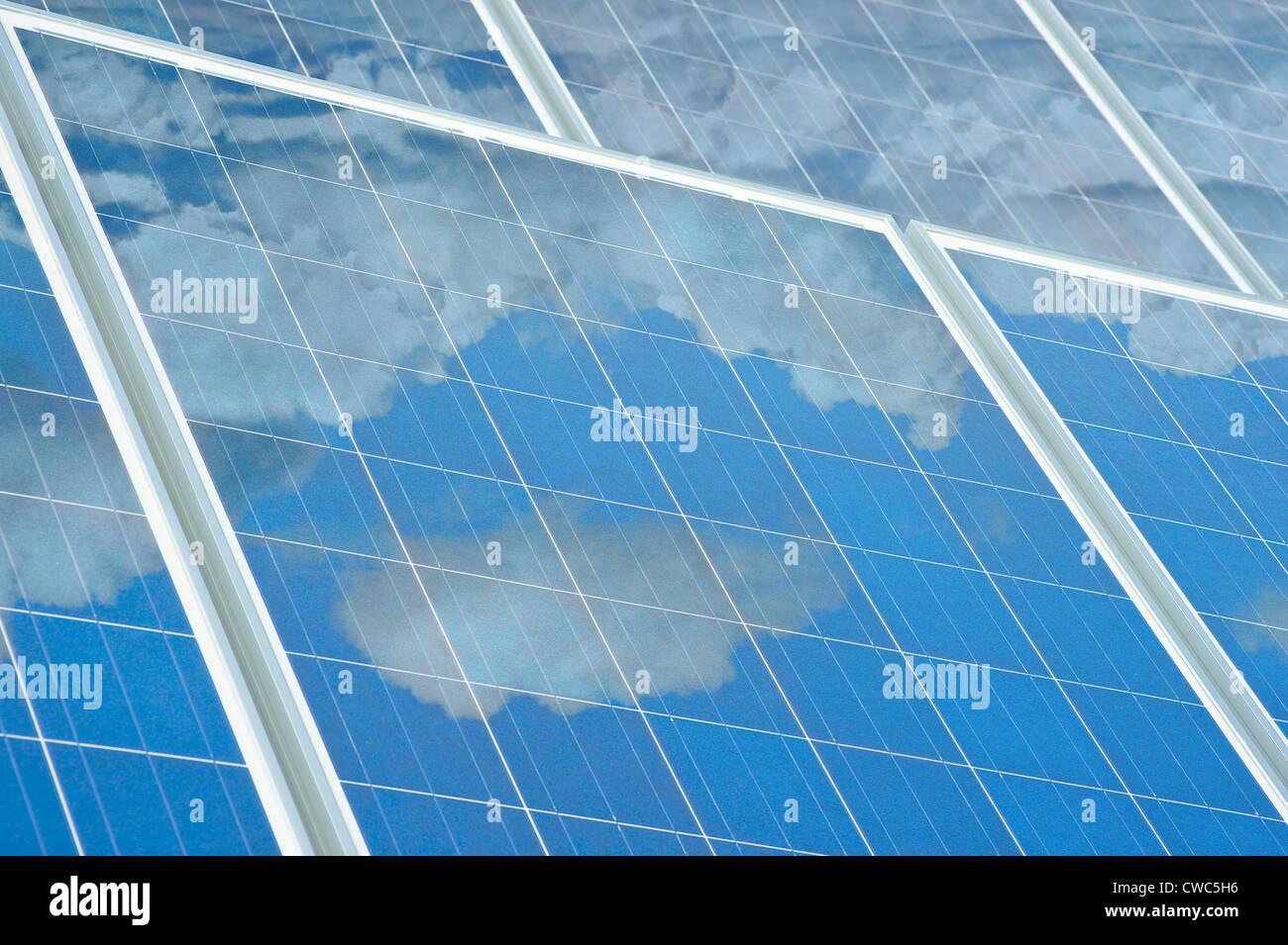 Reflexión de nube en paneles solares Imagen De Stock