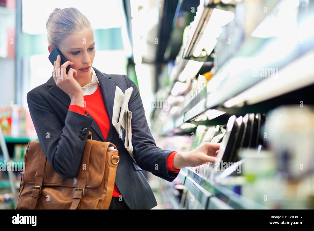 Resultado de imagen para mujer hablando por celular en supermarket
