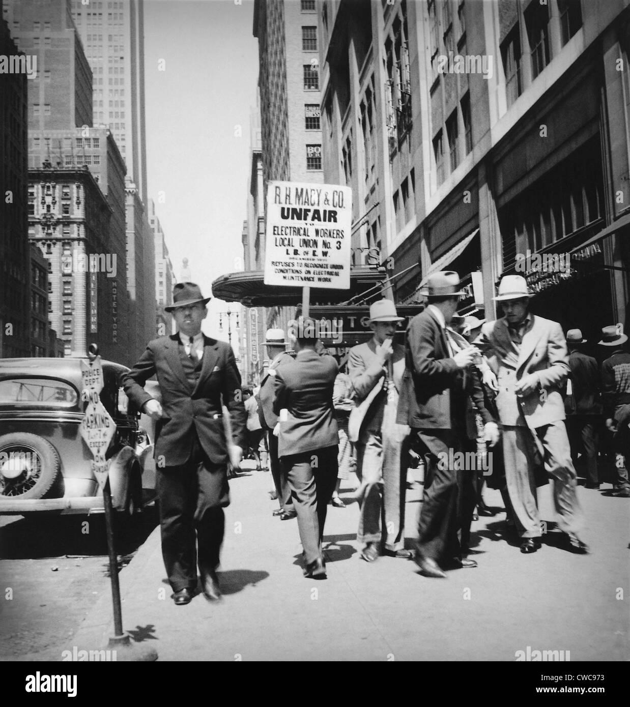 """Unión hombres piquetes de Macy's. Señal se lee """"R.H. Macy Co. injusto - Trabajadores Eléctricos Imagen De Stock"""