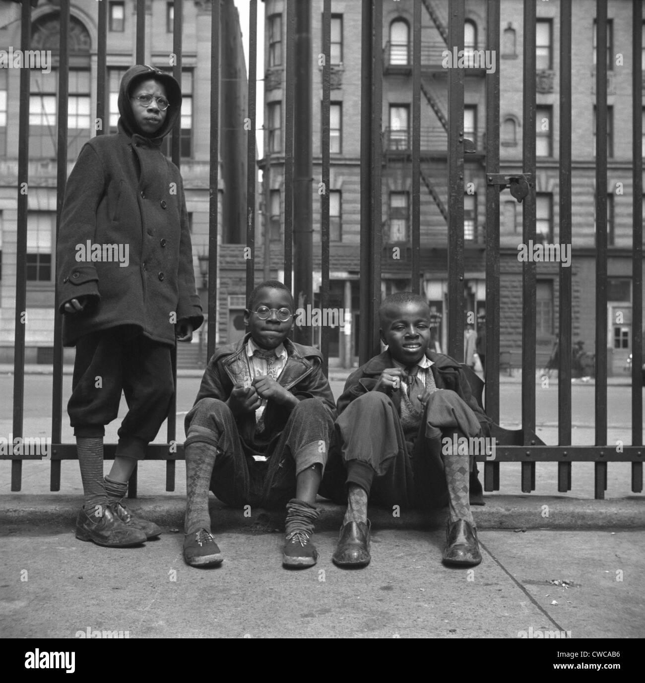 Tres niños afro-americanos en Harlem. Mayo de 1943 foto por Gordon Parks. Foto de stock