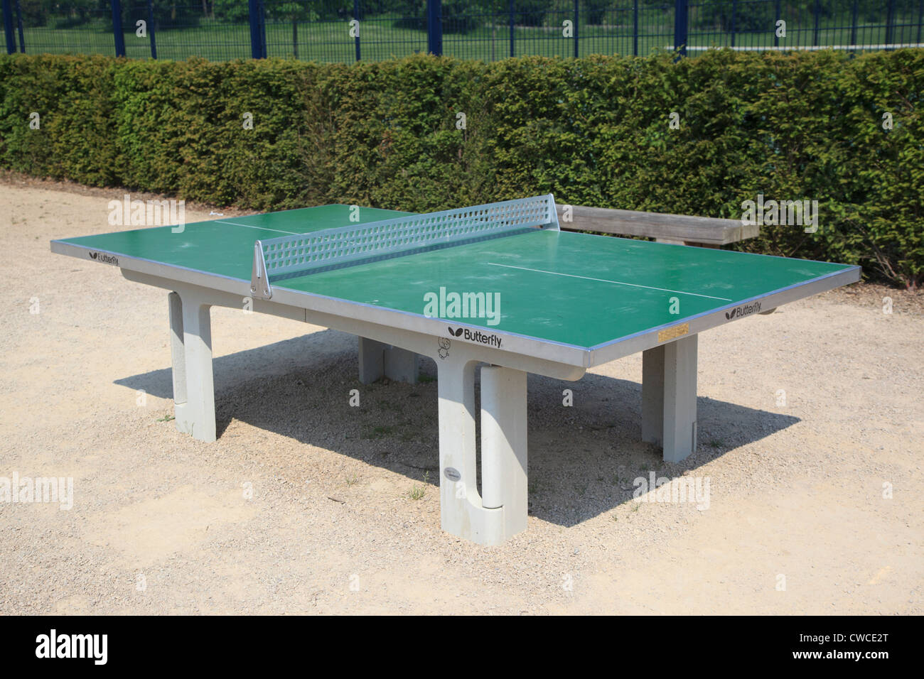 Mesa de tenis de mesa al aire libre en Reigate Priory Park Imagen De Stock