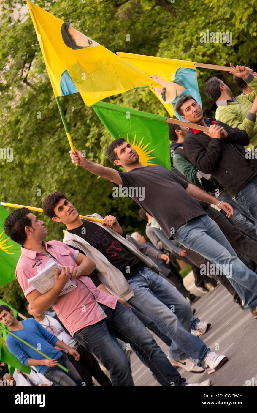 Los inmigrantes de marzo en Atenas para protestar contra el racismo y ataques por parte de miembros del partido Foto de stock