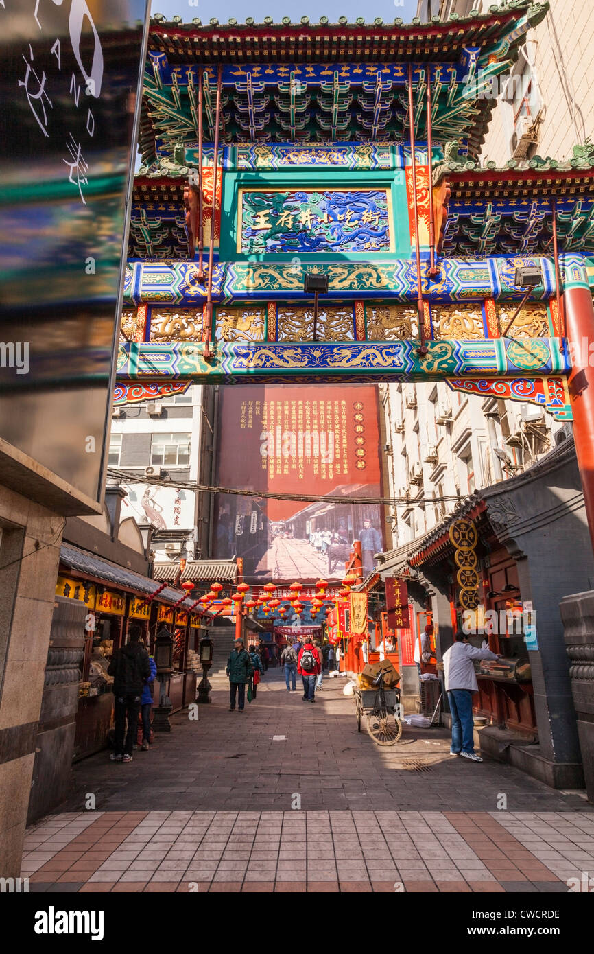 Puestos de mercado y tiendas en una calle lateral de la calle Wangfujing en el centro de Beijing, China. Imagen De Stock
