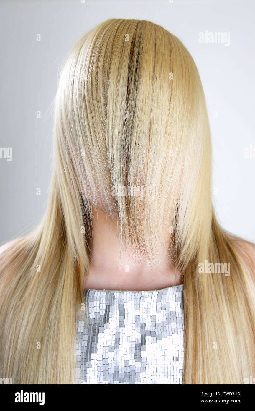 El pelo rubio, la vergüenza, la timidez,escondido,secador Imagen De Stock