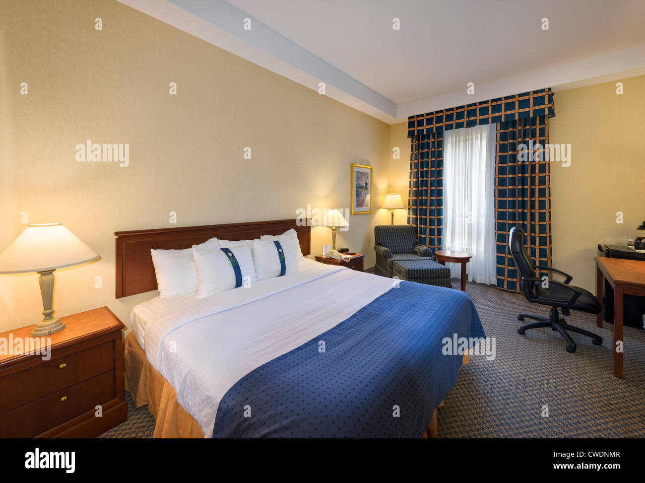 Habitación estándar en el Hotel Holiday Inn Toronto Bloor-Yorkville, Bloor Street, Toronto, Ontario, Canadá Imagen De Stock