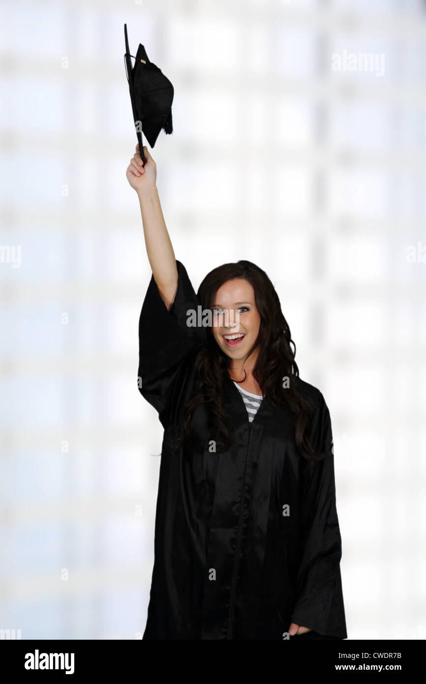 Graduación De Una Mujer Vestida De Un Vestido Negro Foto