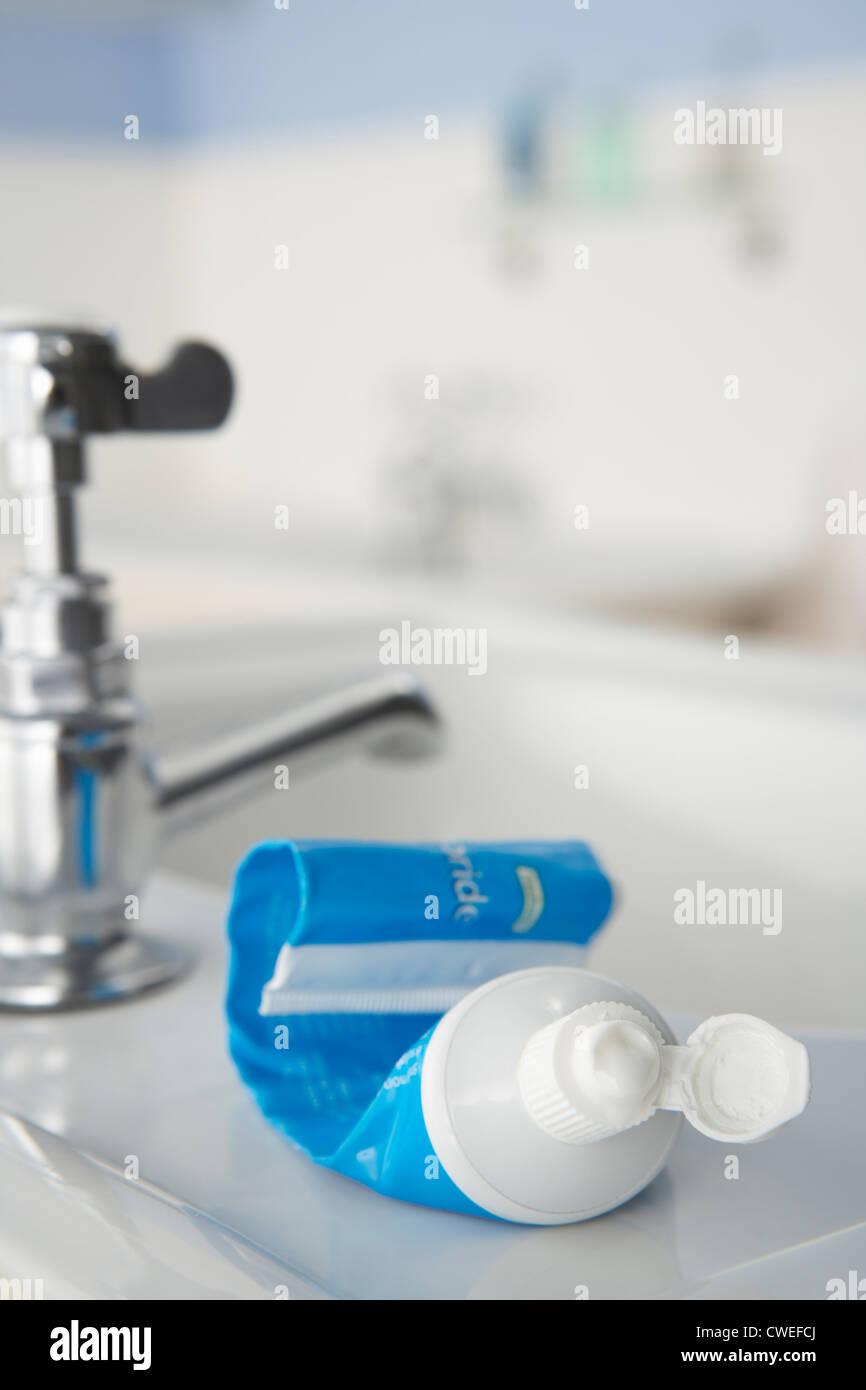Tubo de dentífrico casi vacía Foto de stock