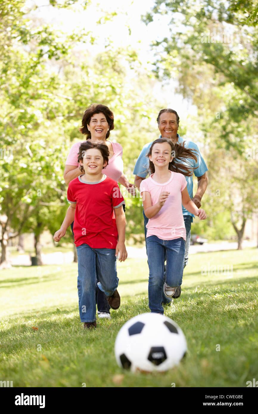 Jugando al fútbol en el parque de la familia Foto de stock