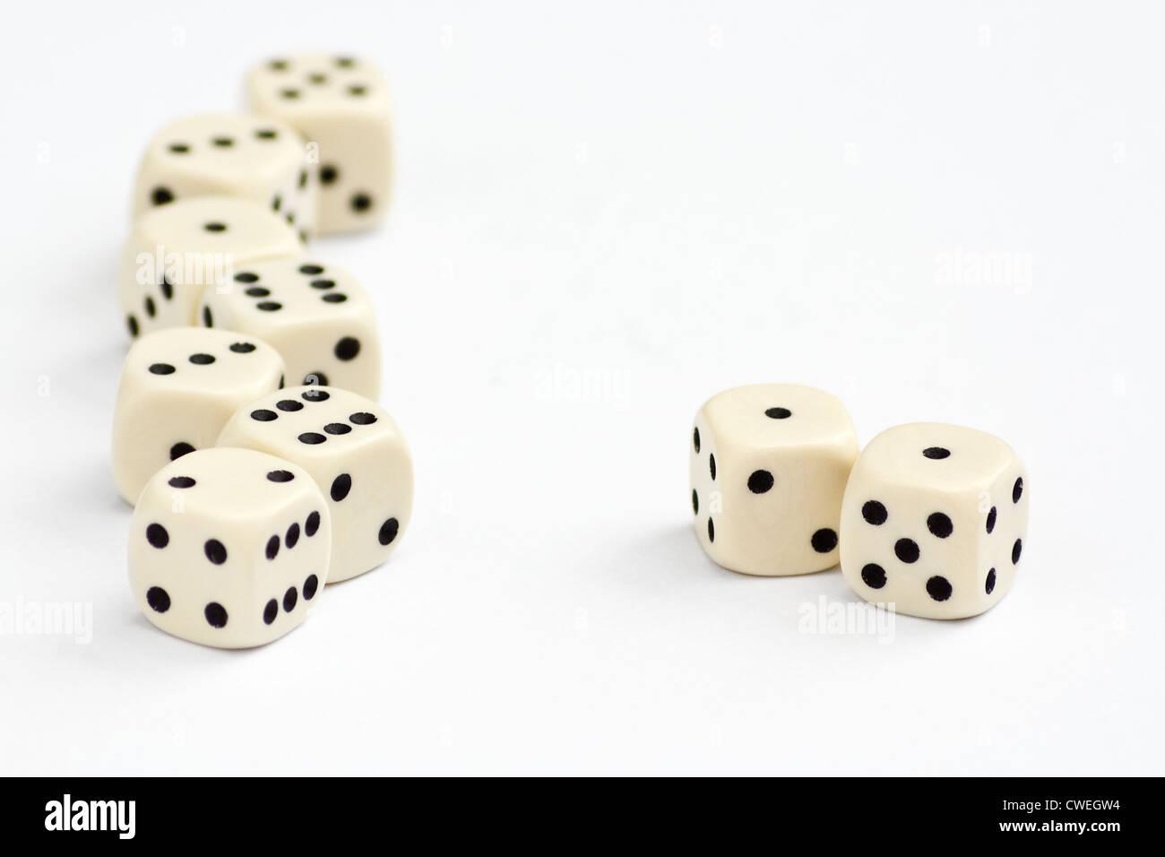 Dados blancos con foco en el borde del bastidor de doble uno o Snake Eyes Imagen De Stock
