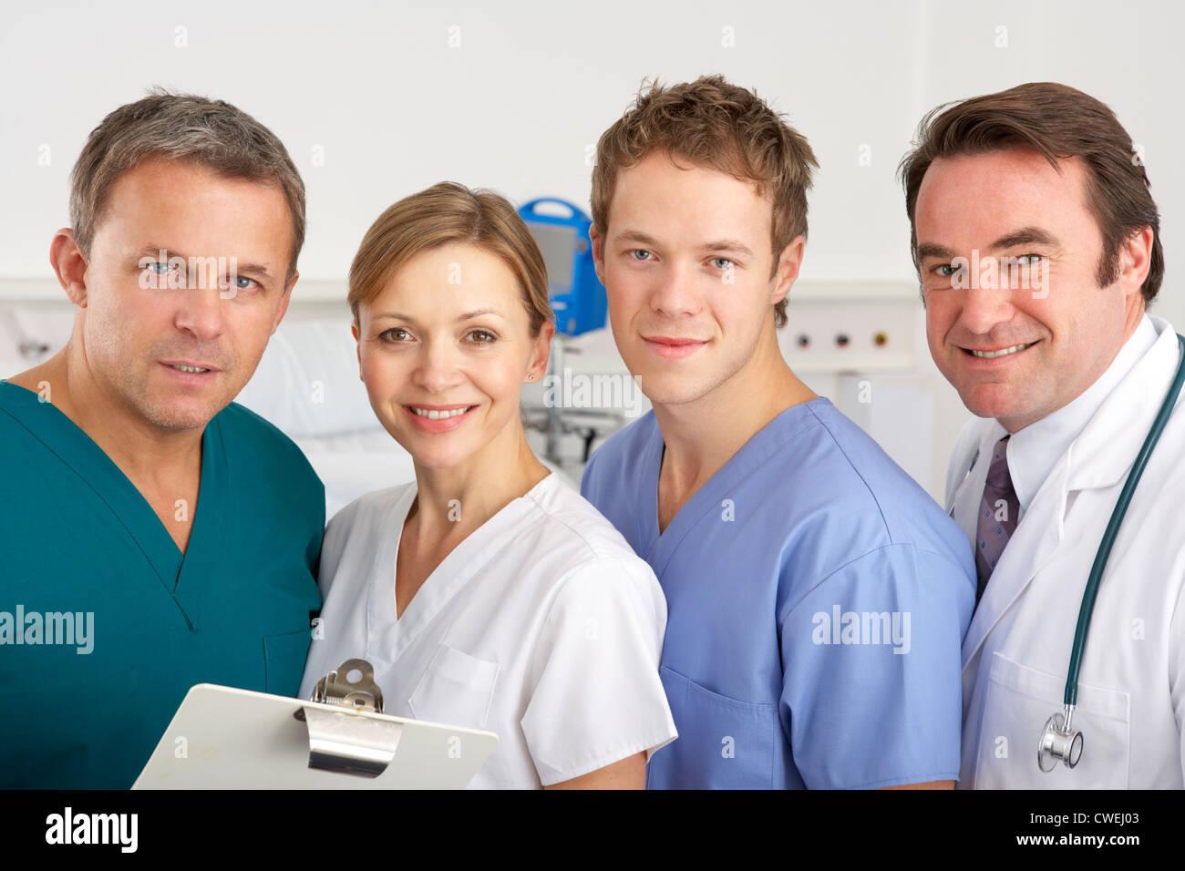 Retrato del equipo Estadounidense de Médicos en el hospital Imagen De Stock