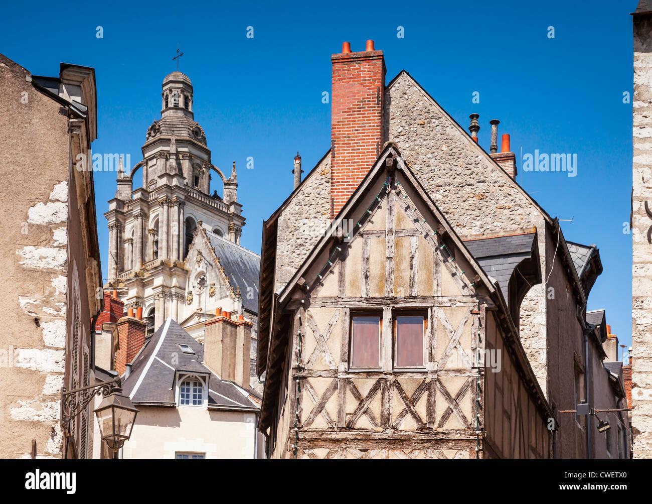 Detalle de edificios medievales en el Valle del Loira, Centro de la ciudad de Blois, Francia. La iglesia es la Catedral Imagen De Stock