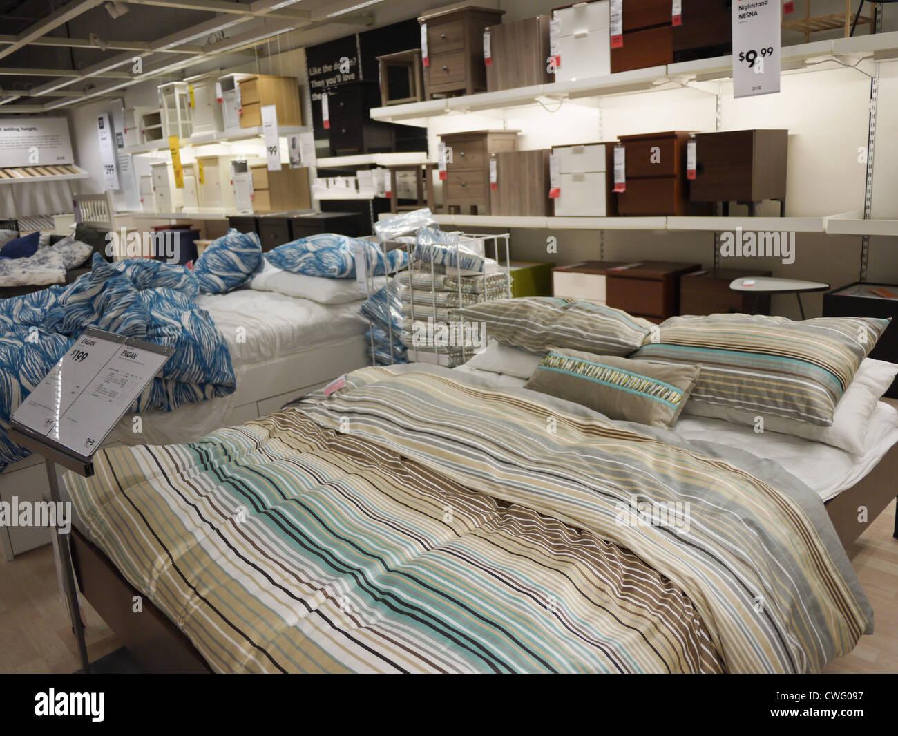 Dormitorio Mueble cama mesa lateral tienda IKEA dentro Foto & Imagen ...