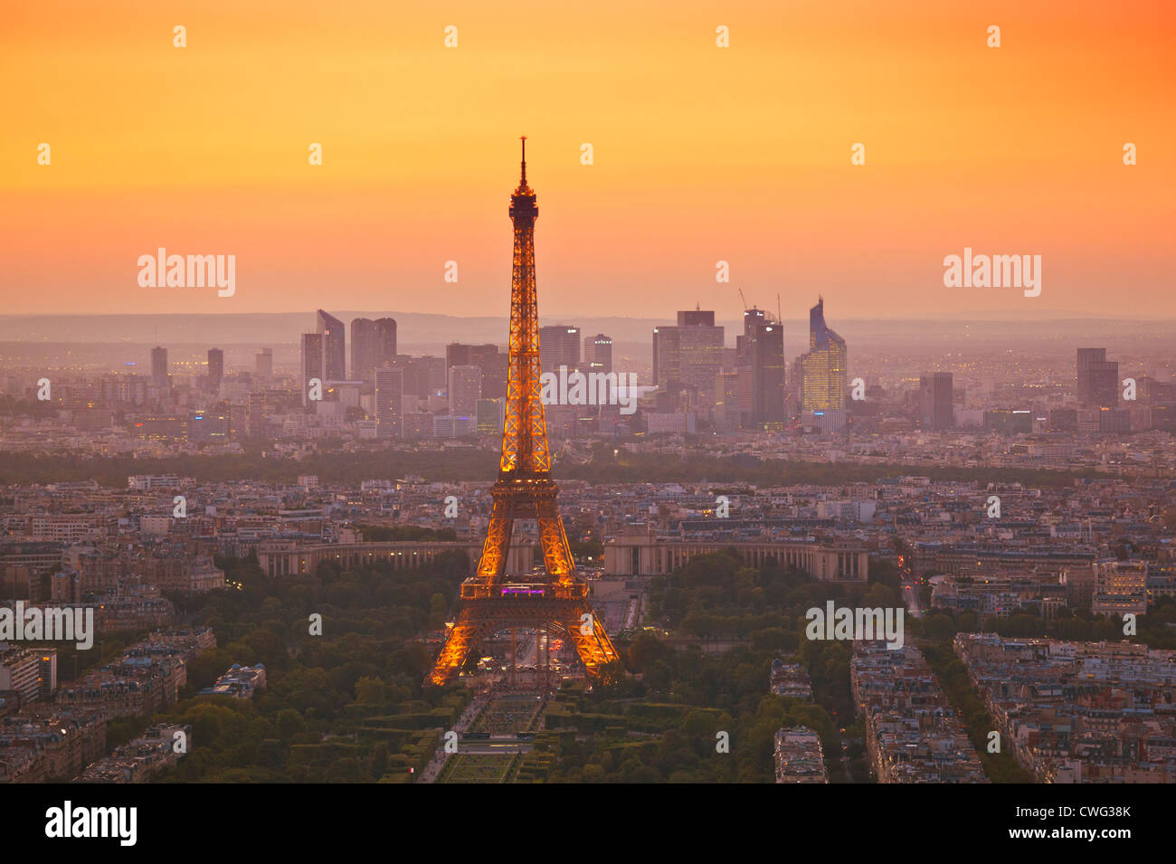 Horizonte de París al atardecer mostrando la torre Eiffel y sus alrededores Francia Europa UE Imagen De Stock