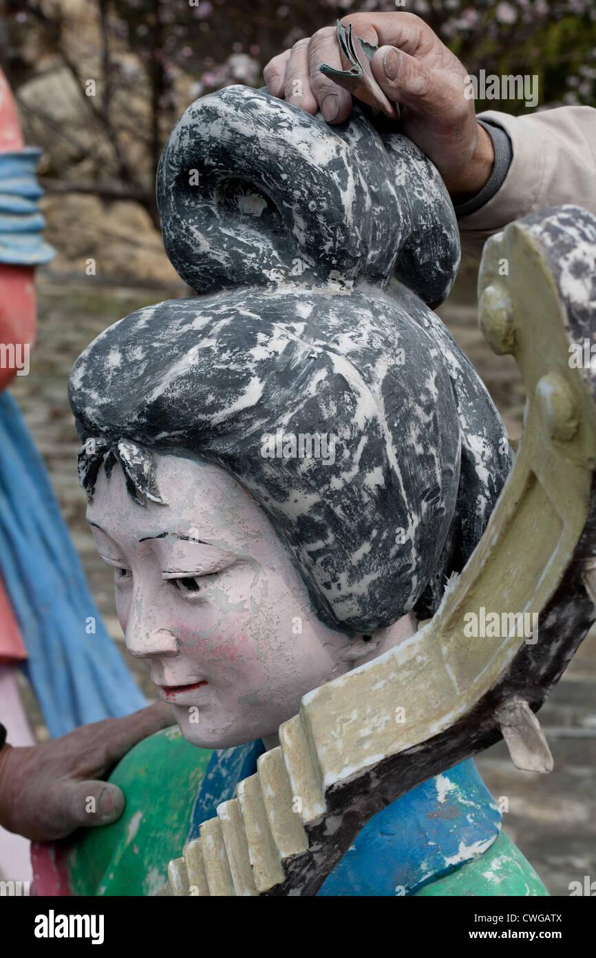 Una escultura de una de las cuatro bellezas de China se ha renovado en el parque Bailu en Nanjing, China. Foto de stock