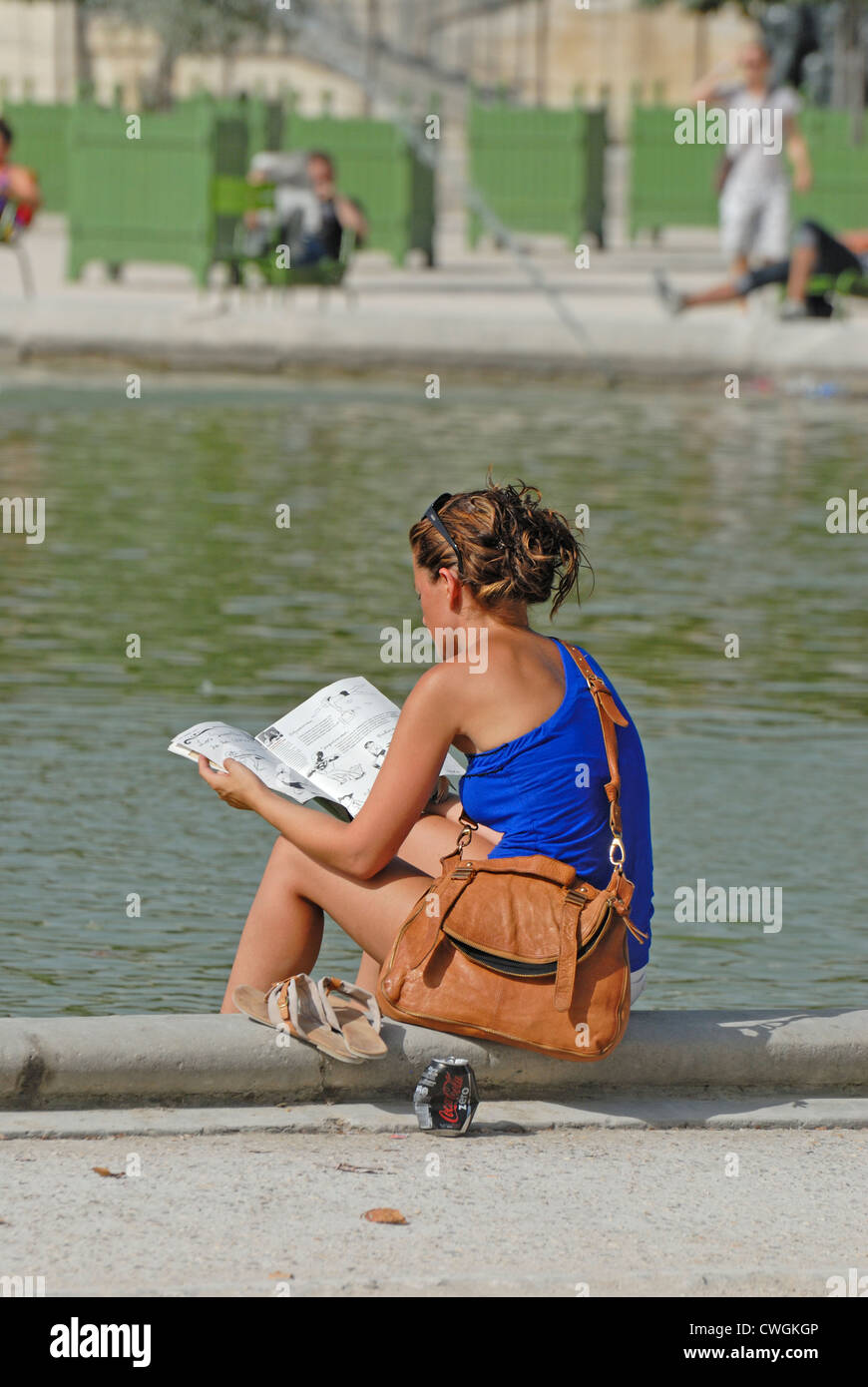 París, Francia. Jardin des Tuileries. Mujer joven leyendo Foto de stock