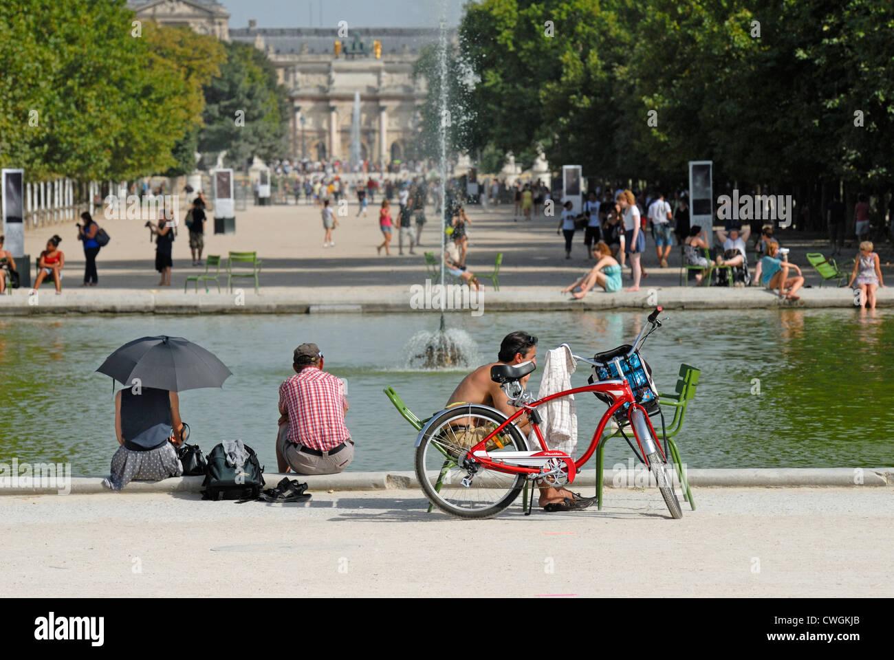 París, Francia. Jardin des Tuileries. La gente relajándose en día muy caliente Foto de stock