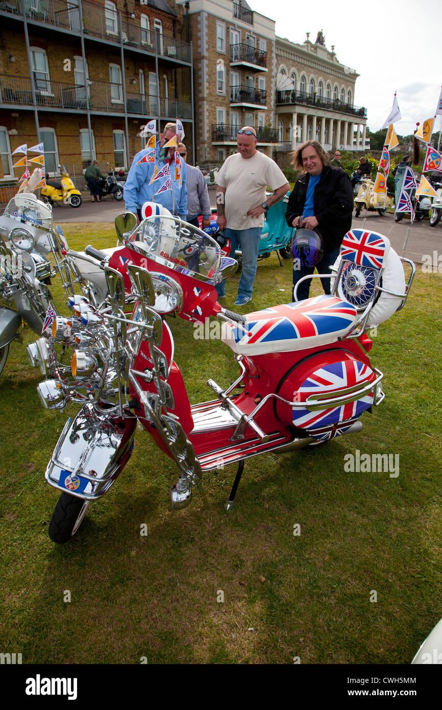 Motos, Scooter Rally, Paseo Marítimo, Esplanade, Ryde, en la Isla de Wight, Inglaterra, Reino Unido Imagen De Stock