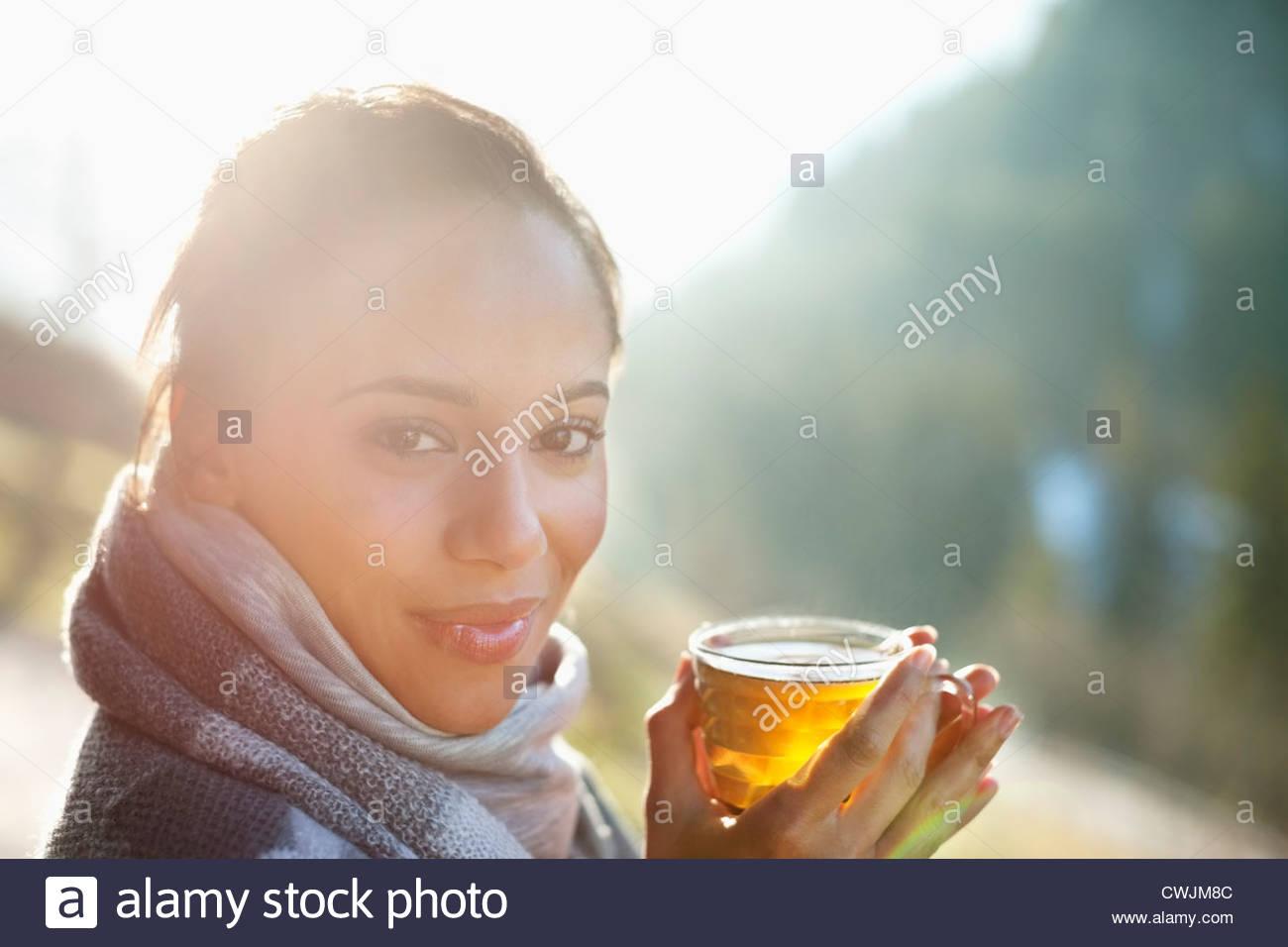 Retrato de mujer sonriente en la bufanda beber sidra Imagen De Stock