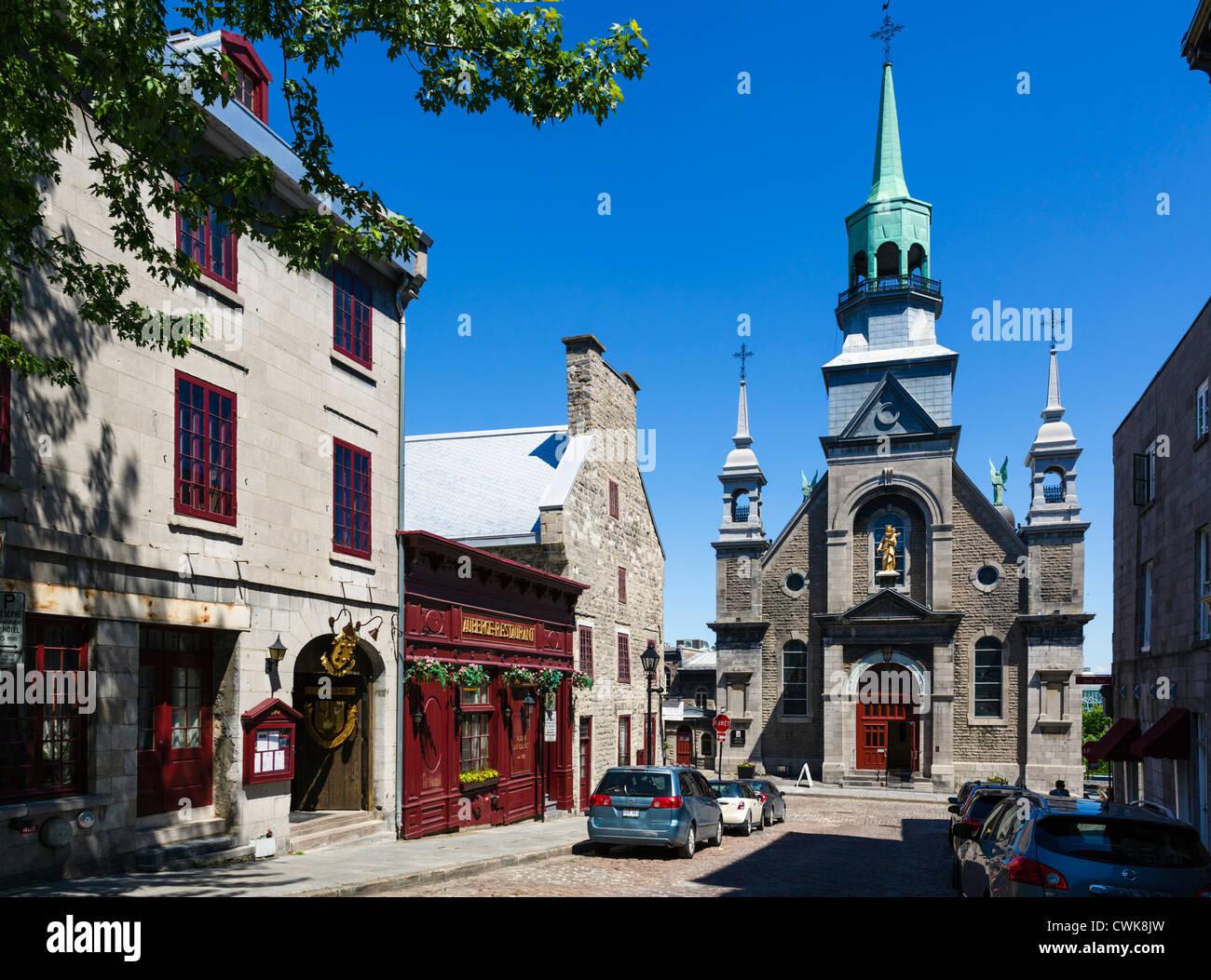 Ver abajo Bonsecours Calle a Notre-Dame-de Bon-Secours capilla con el Auberge Pierre du Calvet a izquierda, Vieux Foto de stock