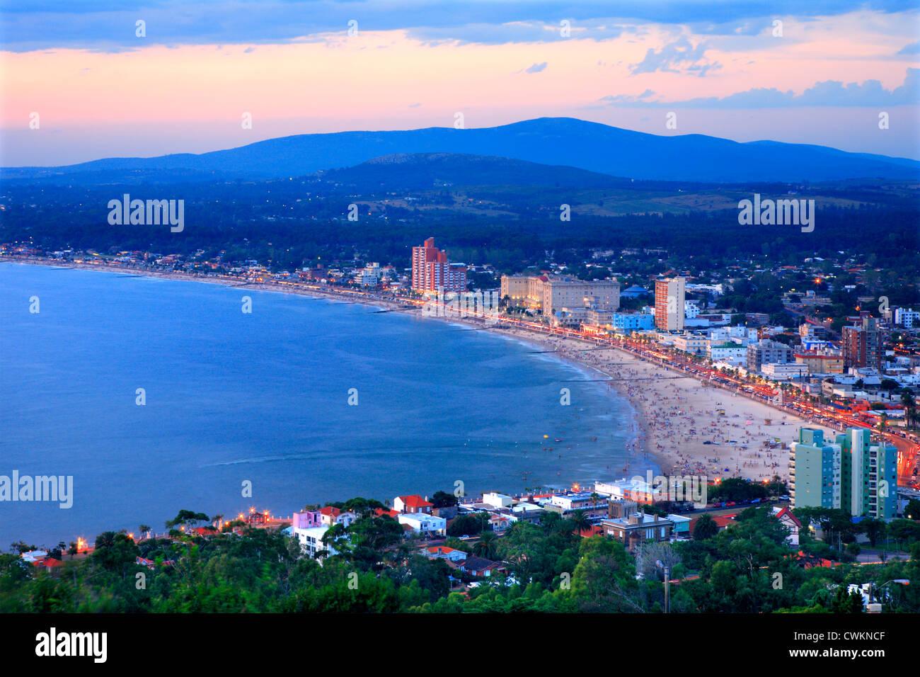 Vista aérea de la ciudad de Piriápolis y la playa. Maldonado, Uruguay Sudamérica Imagen De Stock