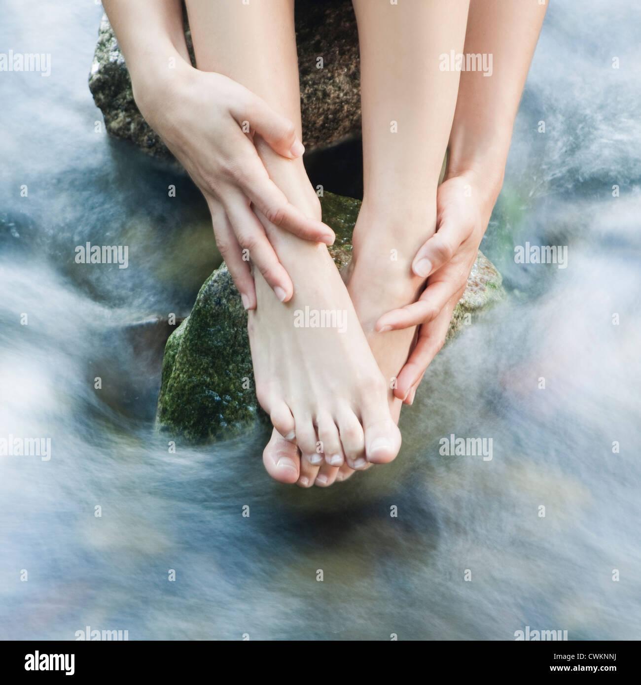 Mujer feets en un arroyo Imagen De Stock
