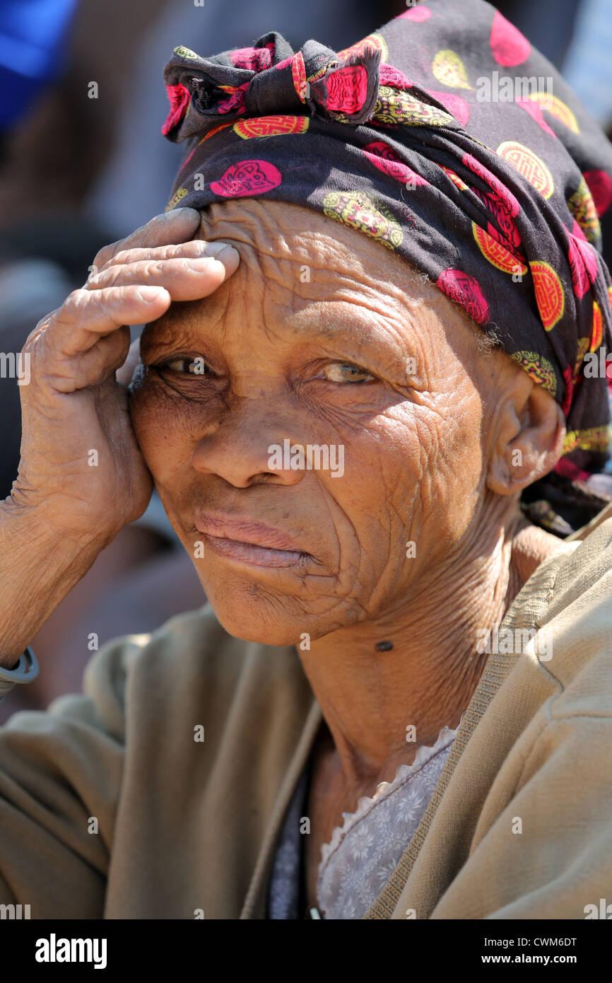 Cara de una anciana de la tribu San, el desierto de Kalahari, Namibia Foto de stock