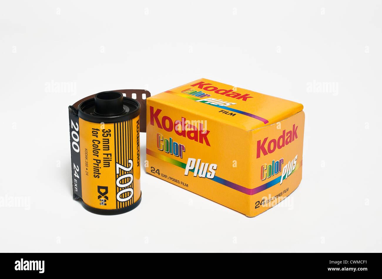 Un rollo de película de color Kodak de 35 mm con caja de embalaje Foto de stock