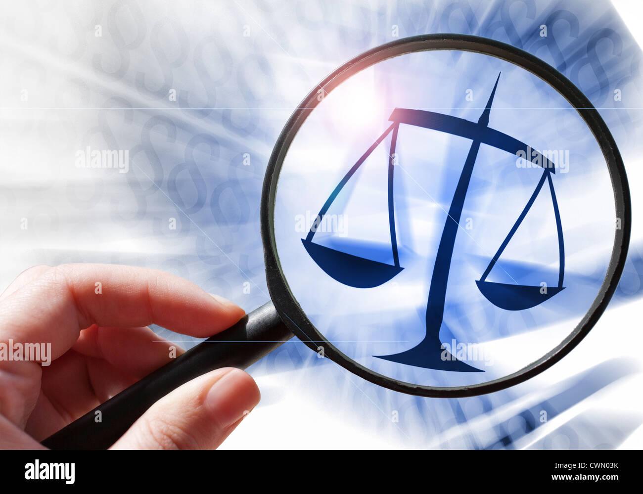 La ley y el orden, la balanza de la justicia y el signo de párrafo Foto de stock
